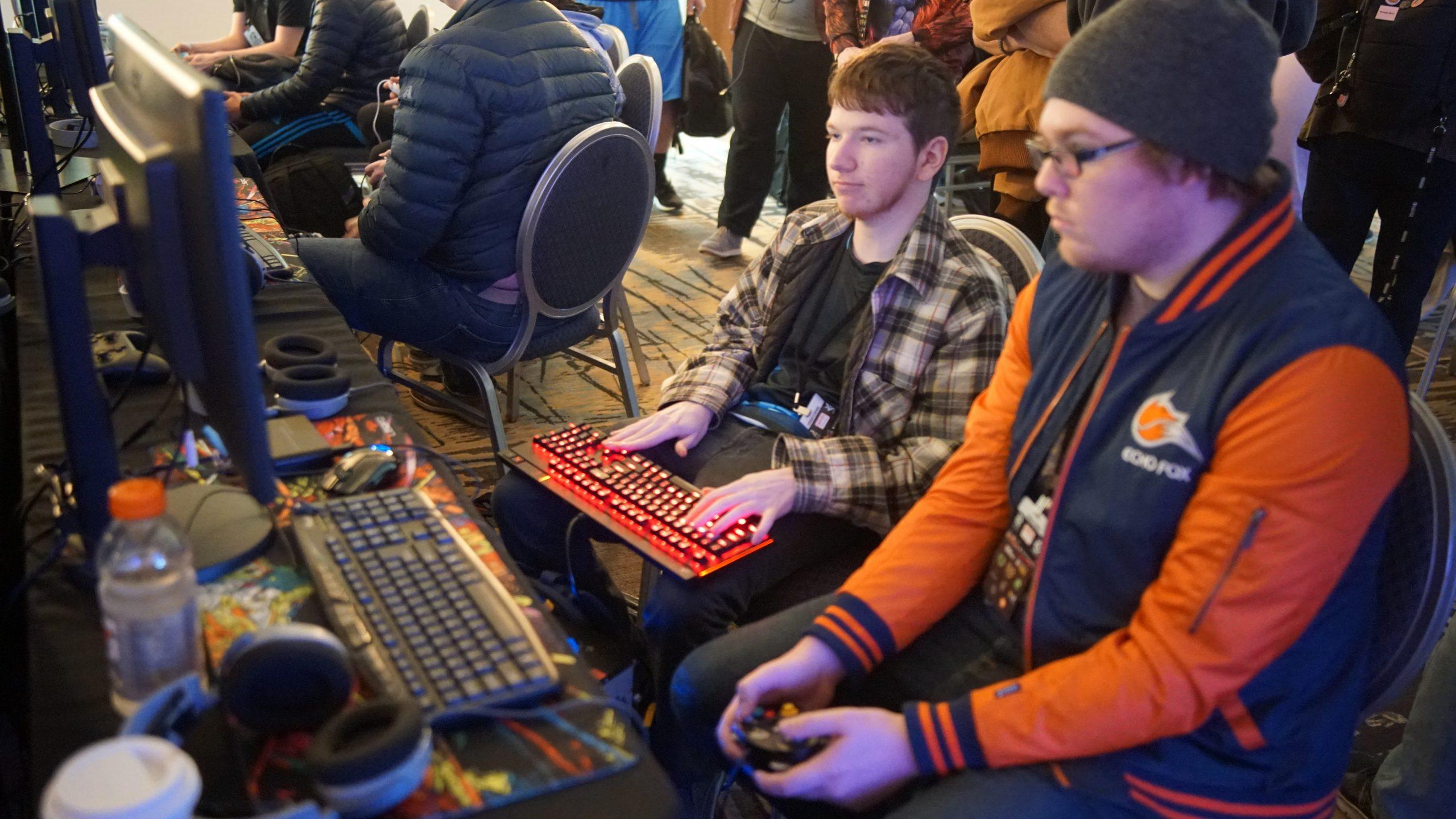 Dos jovenes jugando videojuegos