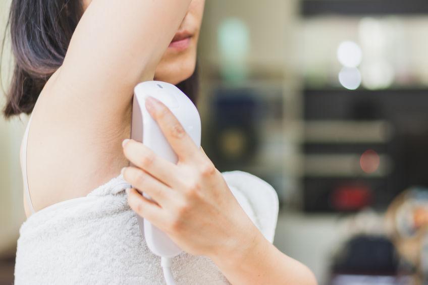 Imagen de mujer depilándose con láser