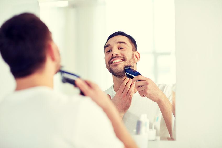 Hombre afeitándose la barba