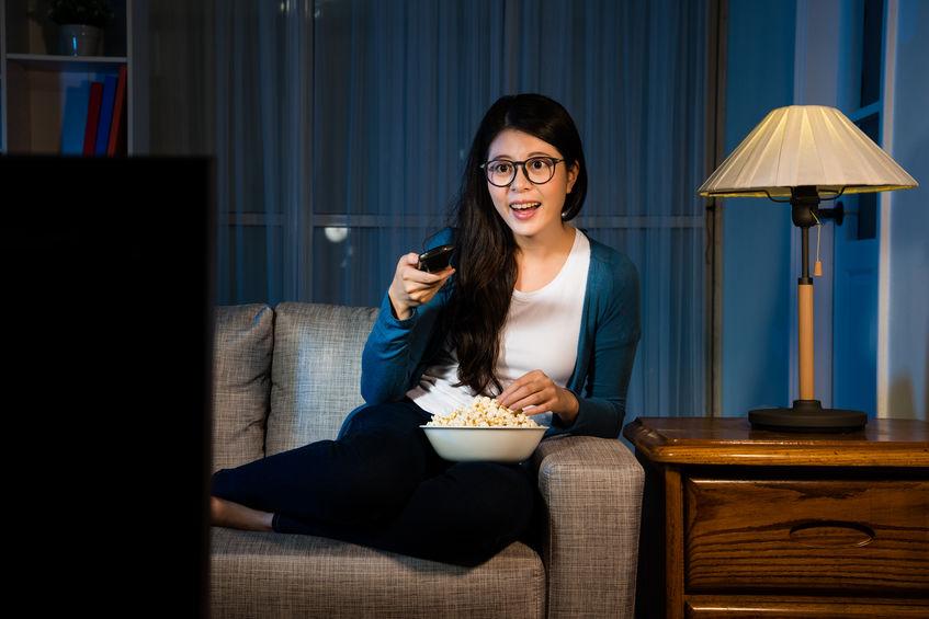 Mujer joven viendo TV