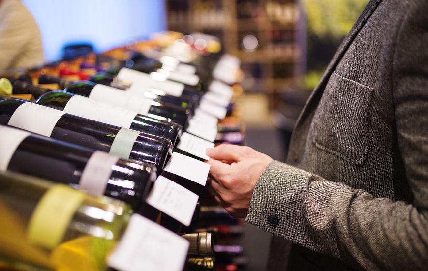 Imagen de una persona eligiendo botellas