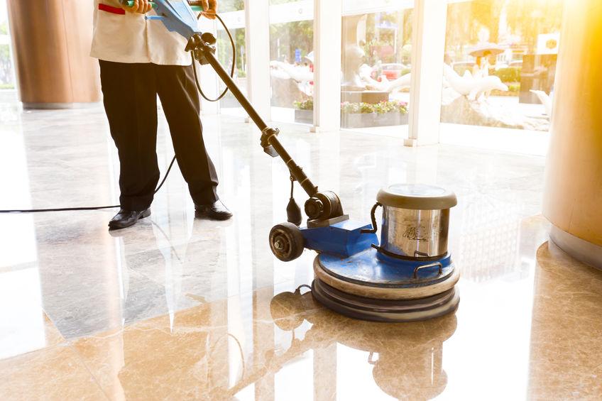 Persona puliendo piso