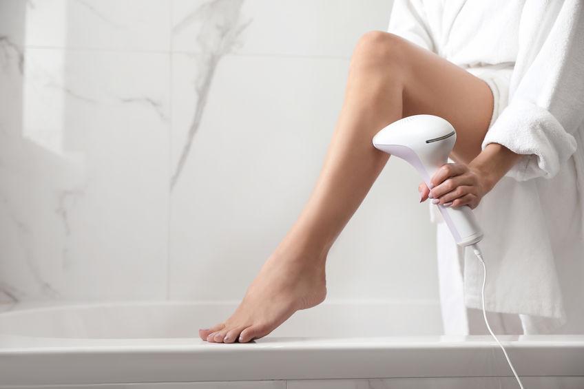 Mujer depilándose con láser