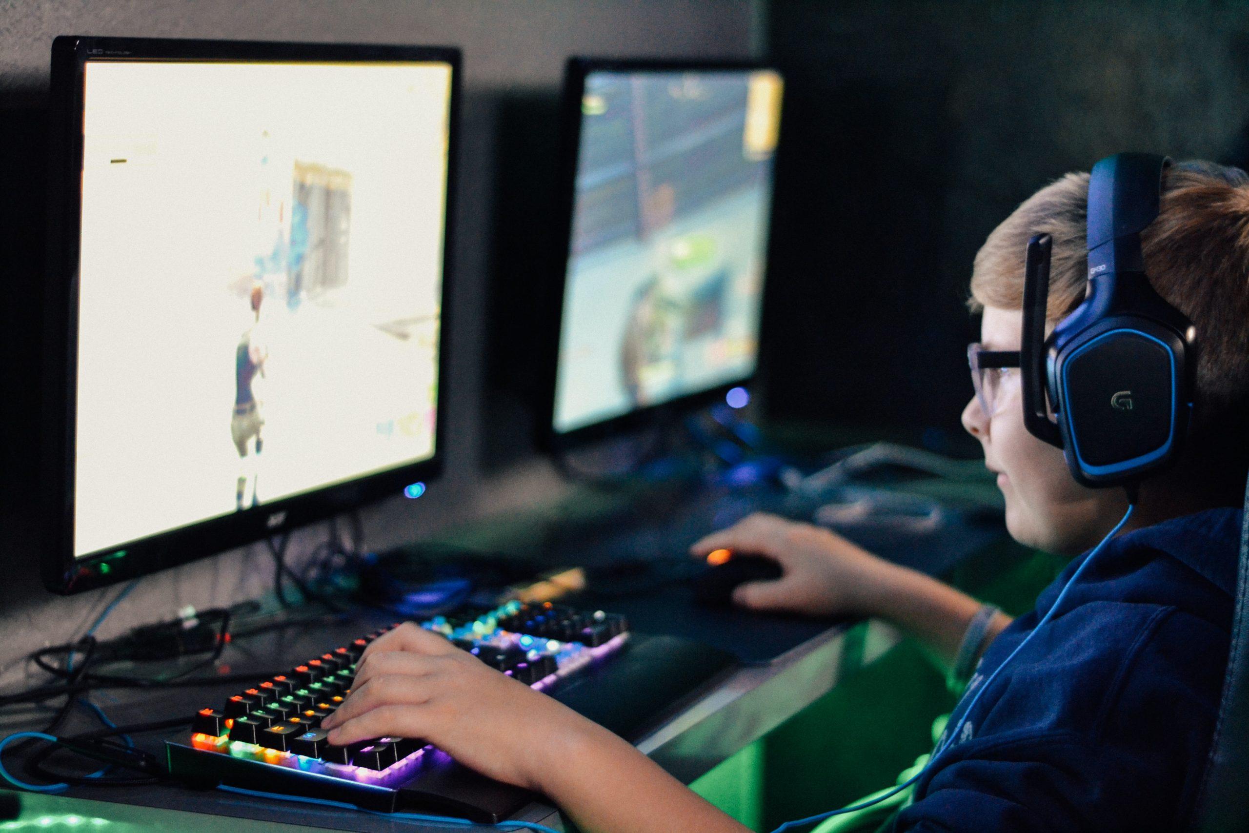 Niño jugando en computadora