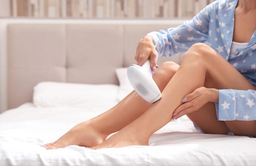 Mujer depilándose con láser (luz pulsada)
