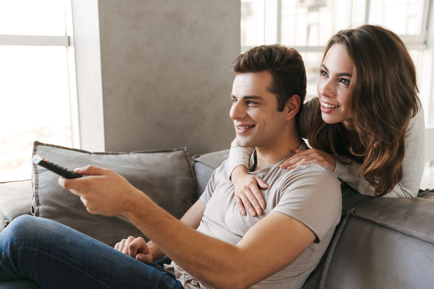 Una pareja viendo TV