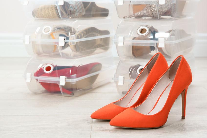 zapateras llenas de zapatos