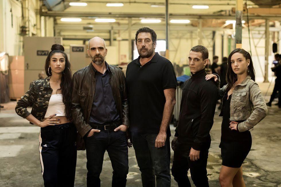Los protagonistas de la película con el director