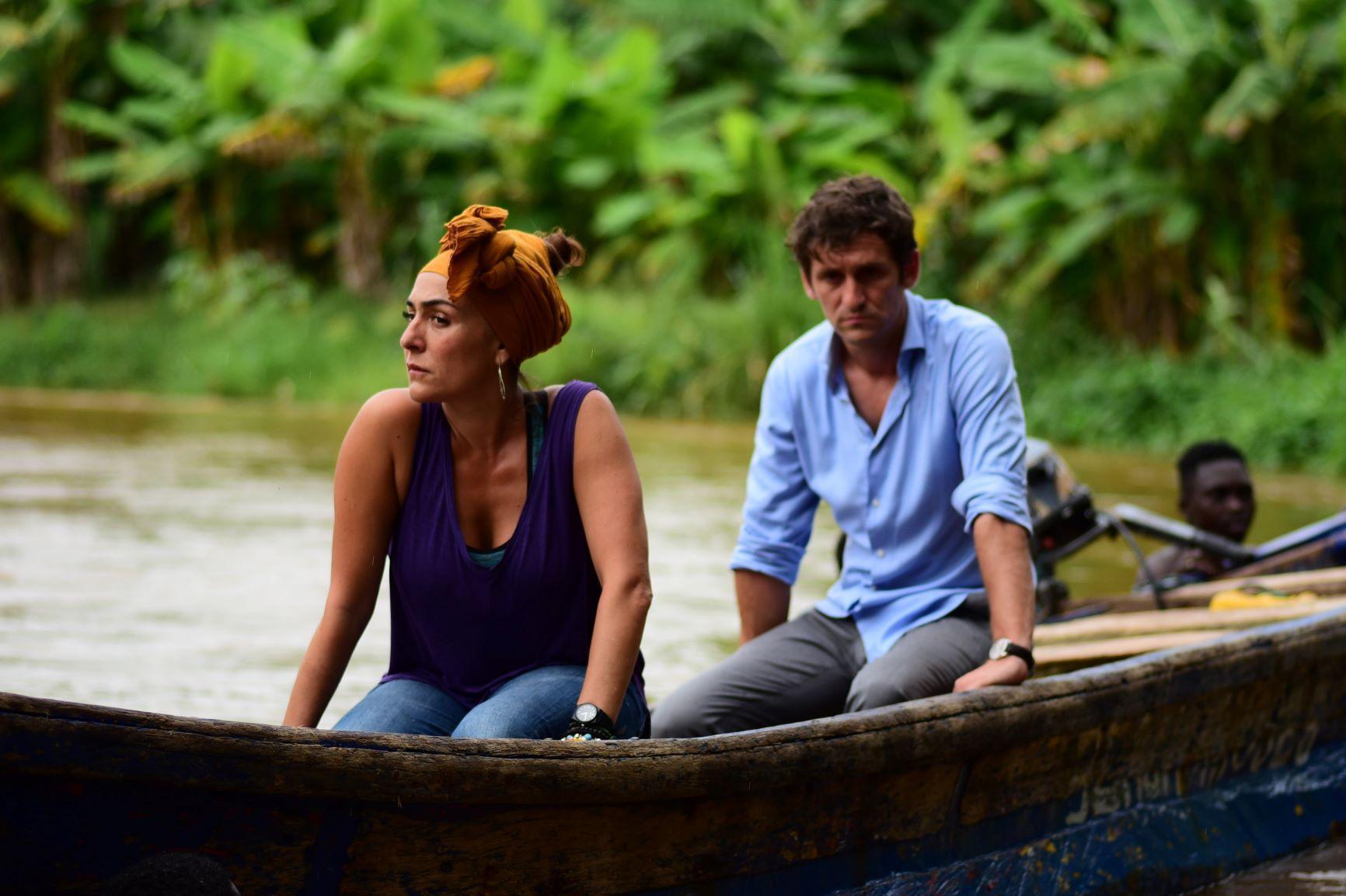Una mujer y un hombre en una canoa