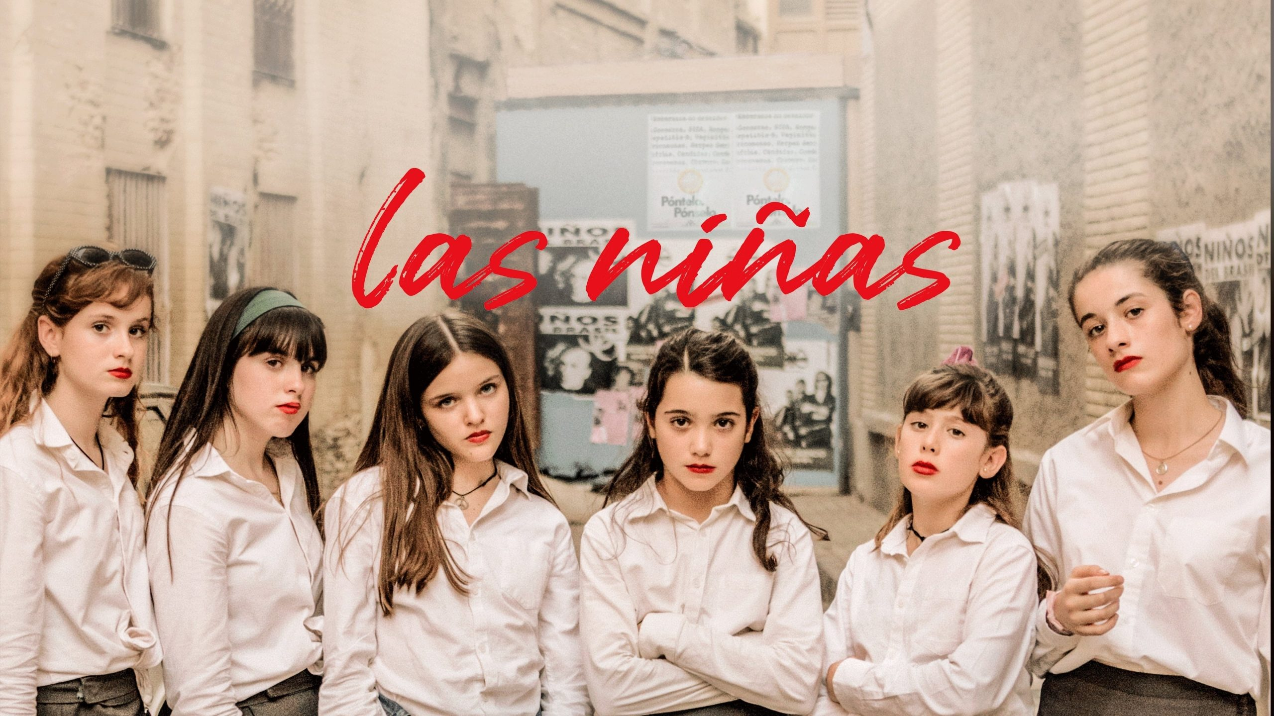 Seis adolescentes vestidas de uniforme