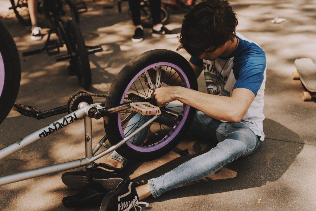 chico con bicicleta