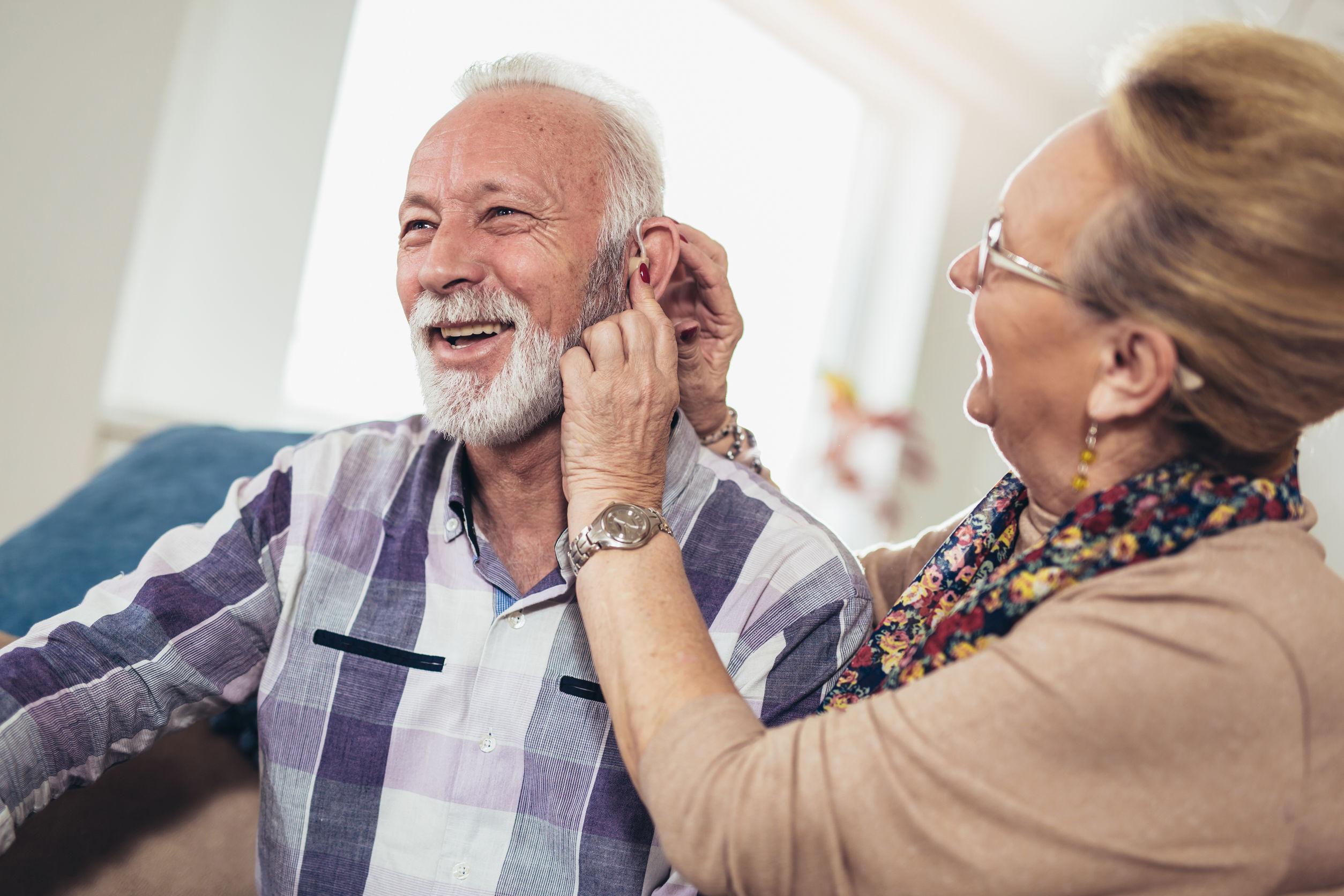 Hombre y mujer mayores o jubilados con problemas de audición