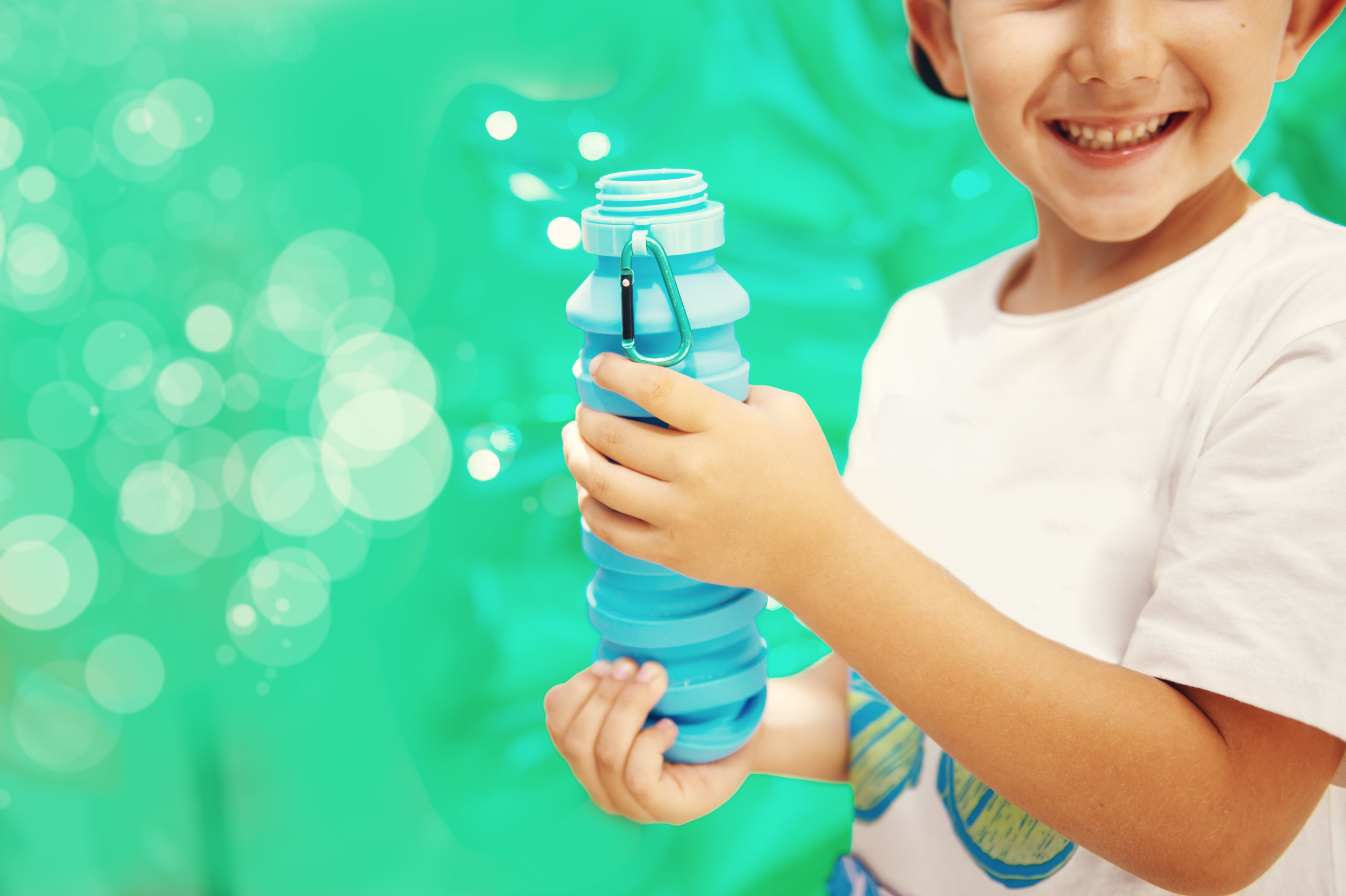 niño con botella plegable