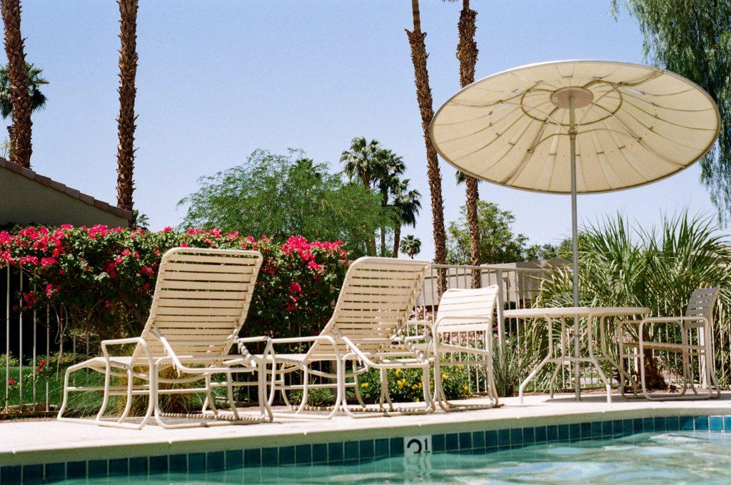 sillones frente a piscinas