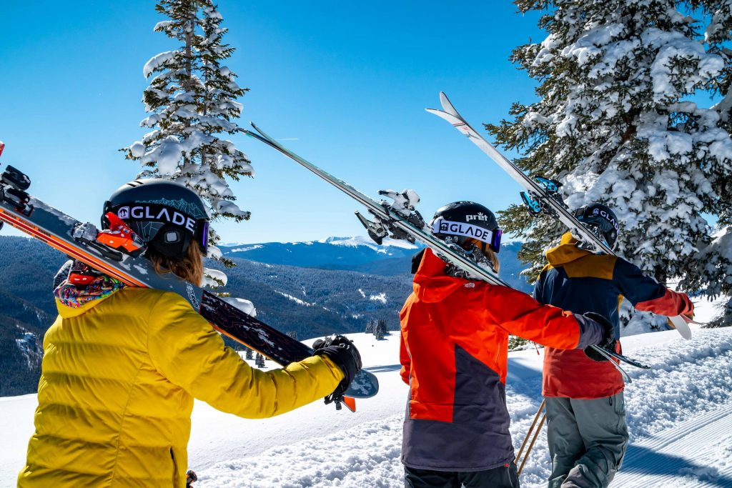 esquiadores andando