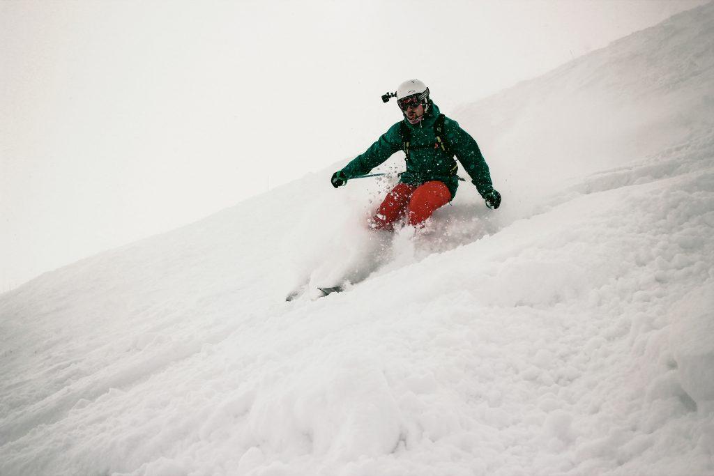 chico haciendo ski