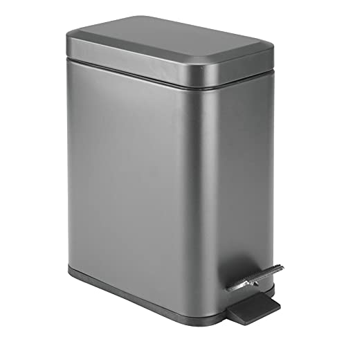 mDesign Cubo de basura rectangular con capacidad de 5 litros – Compacto contenedor de residuos con cubeta interior para oficina, baño o dormitorio – Moderna papelera de acero y plástico – gris oscuro